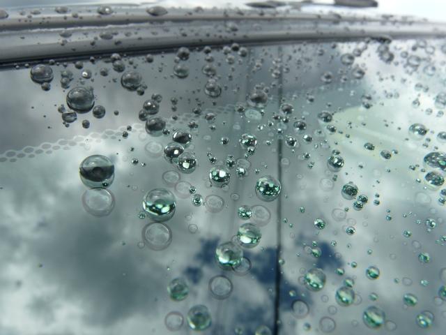 ガラスコート『スーパービュークリア』施工後のフロントガラスについた水滴