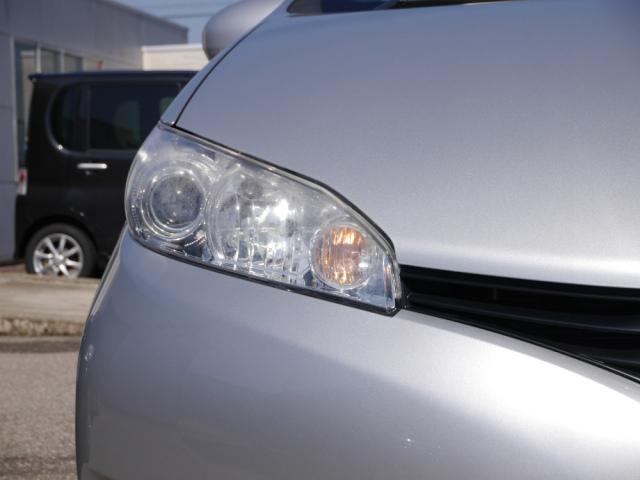 洗車機で洗車キズがついて傷ついているうえ、経年劣化でうっすら黄ばみ白くくすんでしまったヘッドライトは古い車の印象2