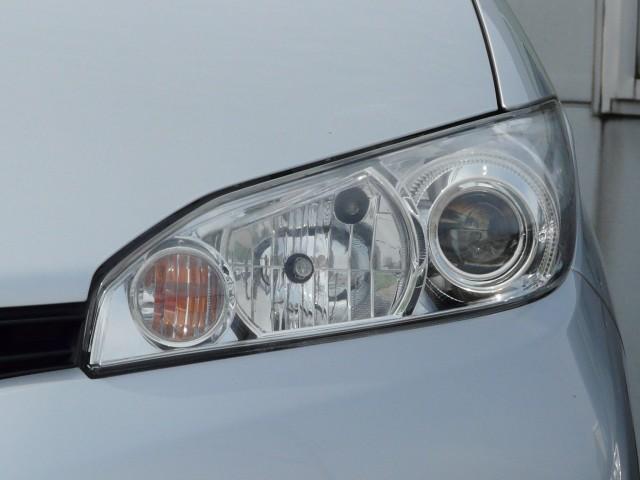 ヘッドライトのキズ・黄ばみ・くすみをコンパウンドで磨き取りホイールコーティングを施工すると新車のようにキリッと美しい印象