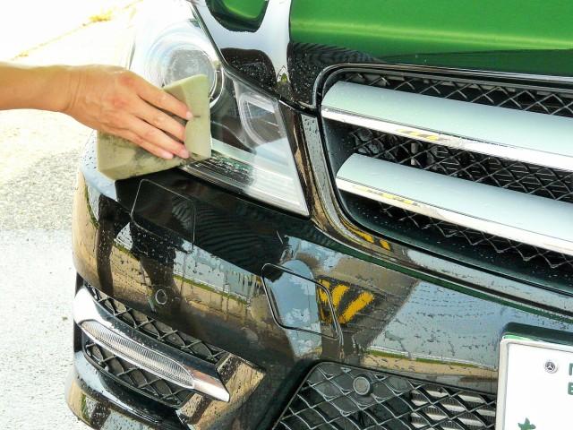 虫の死骸や鳥フンで汚れた場所に水をかけ、虫汚れ・鳥フンクリーナーを含ませた洗車スポンジで汚れになじませるようにやさしく滑らせます