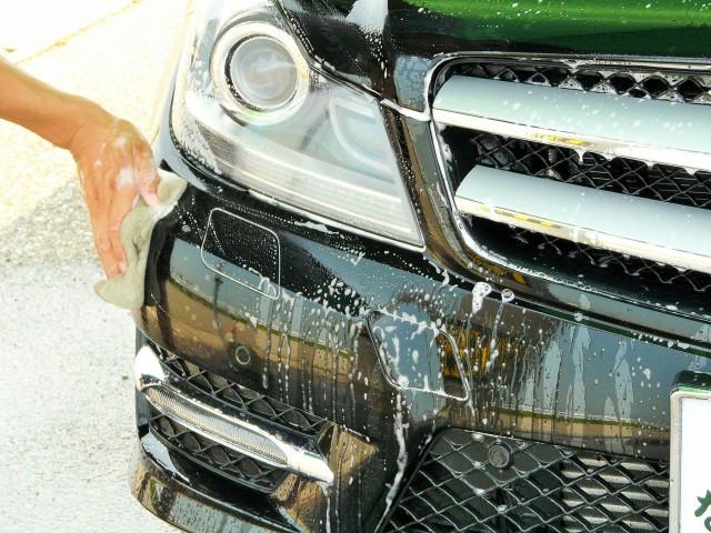 洗車スポンジについた虫等の汚れも水で流してから、そのままカーシャンプーで普通にシャンプー洗車をして汚れを落とします