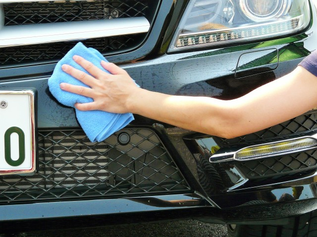 濡らしてゆるく絞った別のきれいなマイクロファイバークロスで同じ場所をやさしく水拭きし残ったクリーナー成分を拭き取ります