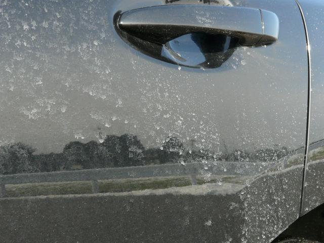 車のボディに凍結防止剤(塩化カルシウム)がべったり付着し、白くこびりついた状態