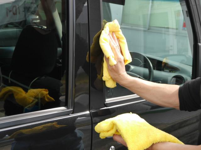 塗り込みが終わったらしばらく(5分程度)乾かしてから、濡らして固く絞ったクロス→乾いたクロスの順にやさしく仕上げ拭きを行います