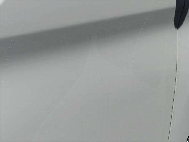 これが本当の親水コーティングの被膜状態。ボディに何のコーティングもない状態の水の引きと比べ全く違うことは一目瞭然です