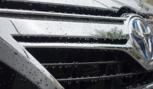 トヨタカムリハイブリッドの洗車後の濡れたボディーをサッと一拭きでコーティング!ガラス系コーティング『ラスターベール』を施工したコーティング評価・レビュー・口コミ