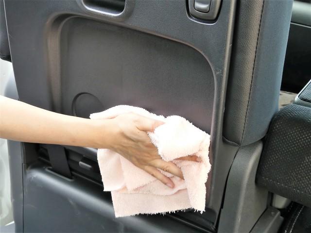 車の座席の後ろの靴跡やどろ汚れ・飲み物のシミまマイクロファイバークロス/匠で拭き上げれば一発でキレイに!樹脂などもキズ付かず安心