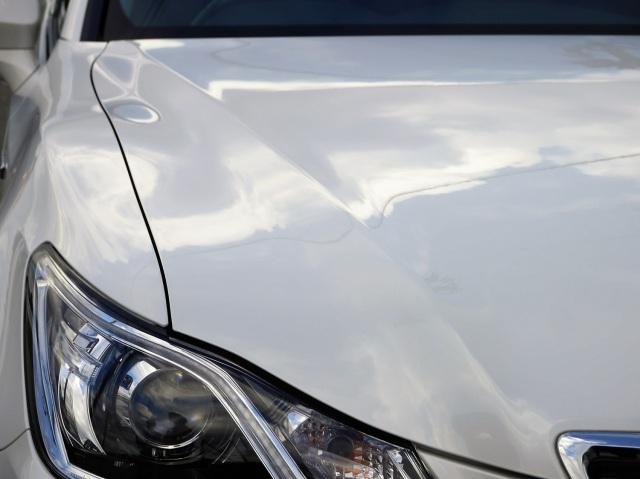 白いトヨタクラウンのボンネットに新型撥水コーティングを施工した直後の光沢と輝き。濃色車だけでなく、淡色系でも性能を実感できる