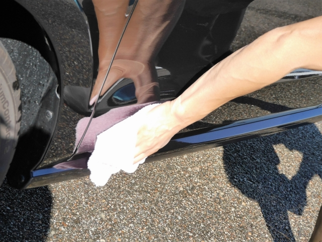 乾いたマイクロファイバークロス/タオルで新型撥水コーティングを拭き上げます。