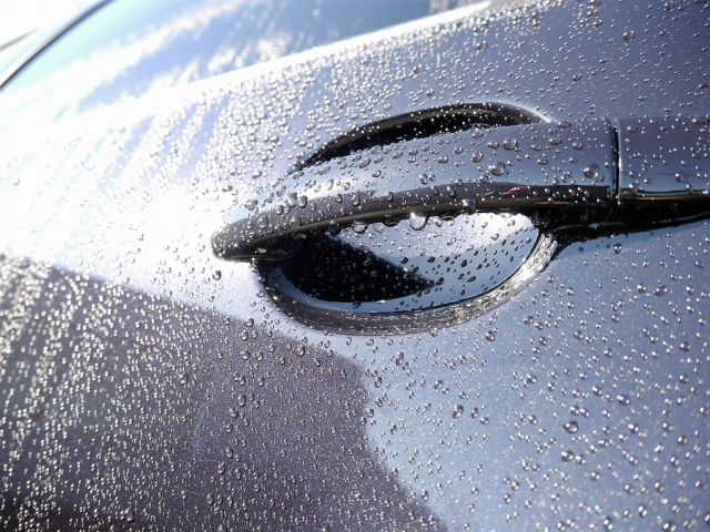 車の新型撥水コーティングの撥水性能で覆われたフォルクスワーゲンポロのボディー(ドア部分)