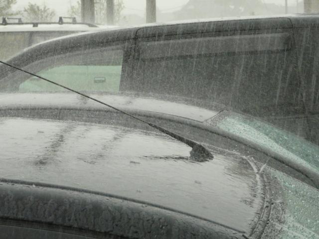 梅雨から夏にかけて発生する激しい雨(ゲリラ豪雨)に水飛沫を上げる車