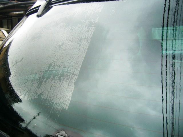 雨染みだらけのリヤガラスにガラス用コンパウンド「ガラスリフレッシャー」を施工すれば、あっという間に雨ジミを除去しクリアに!