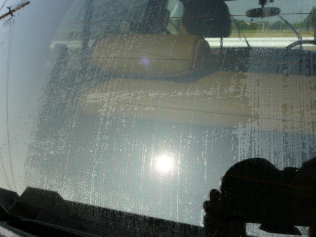 洗車後に拭き上げた直後のリヤガラス。油膜にビッシリと覆われて視界は最悪な状態。