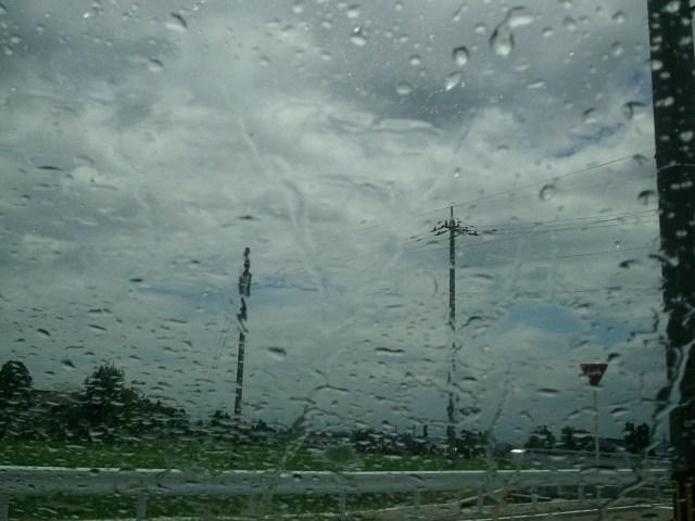 ガラス撥水コーティング施工前の油膜だらけのフロントガラスを車内から見た状態