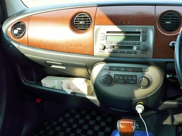 ドライブをしたり土足で人が出入りする車内は予想外に汚れています。ルームクリーニング前のダイハツ・ミラジーノのダッシュボード部分