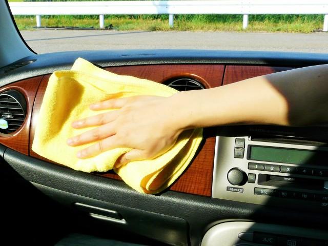 仕上げに乾いたクロスで残った水分を丁寧に拭き上げます。ダッシュボードやドアパネル、ガラスなど車内を部分ごとに分けて施工します
