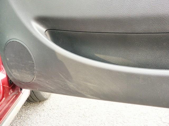 ドアパネルの内側についてしまう靴などの汚れ。水拭きで拭き上げると一時的には綺麗になりますが乾くと汚れが浮かび上がってきます