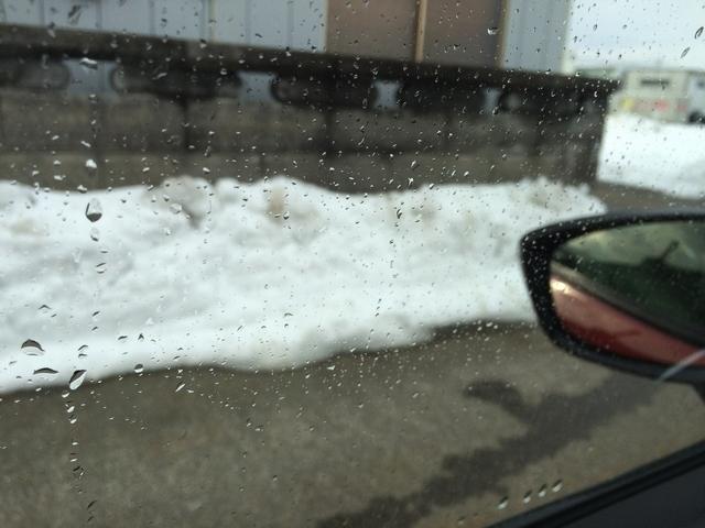 撥水コーティングの無いフロントガラスに雪や雨、みぞれが付着して見にくくなると安全運転にも悪影響