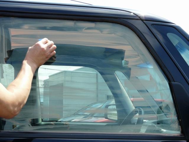 ガラスの油膜やウロコ、シミの除去のためガラス専用コンパウンドでしっかり磨きます