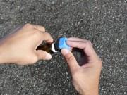 小さくカットしたコーティングスポンジを樹脂コーティングのボトルの口に押し当て一瞬傾けてスポンジにコーティング剤を含ませます