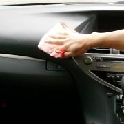 ダッシュボード部分は皮脂汚れやホコリで汚れています。車内清掃用洗剤ルームクリーナーは凸凹した箇所の汚れも綺麗に根こそぎ落とします