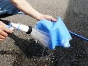 マイクロファイバーセームは乾いたまま使用するのでなく、ボディへの拭きキズを防ぐため、最初にセームを水でシッカリ濡らします