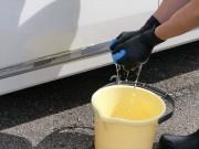拭き取った汚れはバケツに張った水できれいにすすぎ洗いし、使用するクロスは常にきれいな状態で拭き取りに使うのがポイントです
