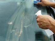 フロントガラスを施工中に乾燥したガラス用コンパウンド 『ガラスリフレッシャー』にスプレーで水をかけて研磨を継続