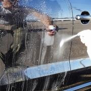 施工したい部分の車のボディに水をかけ、ある程度の汚れを落とした後、コーティング泡スプレーをまんべんなく吹き付けます