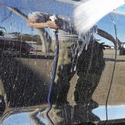 施工した部分を水で洗い流すと、目を見張るような光沢と撥水効果が現れました!