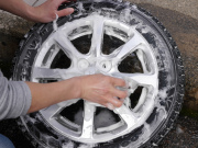 洗車用カーシャンプーでアルミホイールとタイヤを洗車して汚れを落としホイールコーティングやタイヤコーティングの下地処理をします